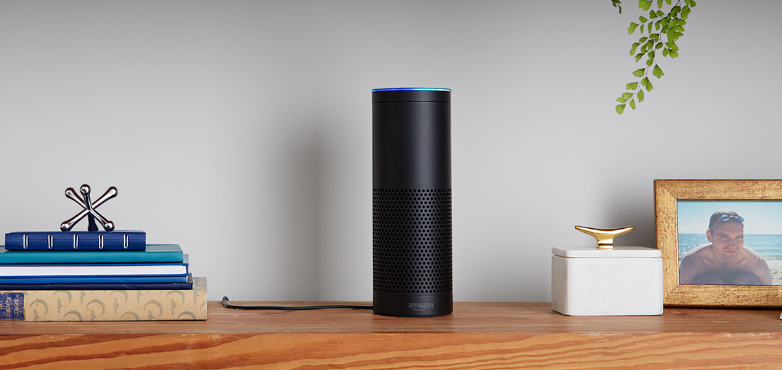 Amazon Echo in einem Regal